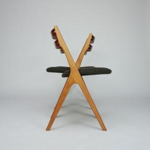Unikatowe duńskie krzesła. Minimalistyczna forma lat 60-tych. Niezwykle solidna konstrukcja. Lity dąb. Oparcie fornirowane tekiem. Drewno olejowane. Oryginalny produkt duński.
