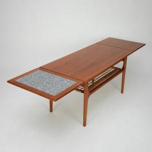Duński stolik z manufaktury TRIOH. Rozsuwane, praktyczne blaty (trzy konfiguracje rozłożenia). Blat fornirowany. Nogi i obrzeża z masywu tekowego. Drewno olejowane. Oryginalny produkt lat 60-tych.