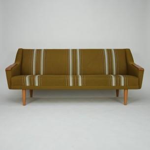 Modernistyczna sofa. Minimalistyczna forma lat 60-tych. Poszycie oryginalne. Rama drewniana. Siedziska sprężynowane. Nogi i podłokietniki dębowe. Oryginalny produkt duński.