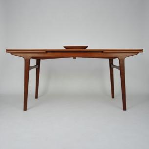 Duży tekowy stół. Piękna forma (inspirowana projektami Johannesa Andersena). Nogi pod lekkim skosem. Lita carga i nogi (tek). Blat z płyty stolarskiej fornirowany naturalnym tekiem. Drewno olejowane. Oryginalny duński produkt lat 60-tych.