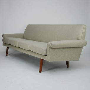 Piękna, duńska sofa. Efektowny minimalizm lat 60-tych. Solidna, drewniana rama. Nogi z masywu tekowego. Poduszki i plecy na sprężynach. Poszycie z włoskiej wełny meblowej (kolor beżowy/piaskowy z domieszką czerni). Oryginalny produkt duński lat 60-tych.