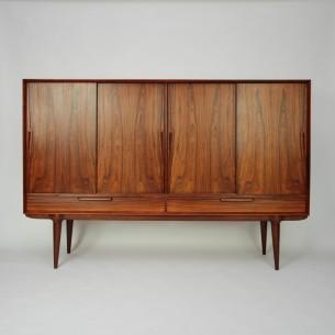 Wytworny bufet z manufaktury OMANN JUN. Design GUNNI OMANN. Brazylijski palisander. Bogate wykończenie. Drewniane szuflady i półki. Absolutna dbałość o detale. Drewno olejowane. Oryginalny produkt duński lat 60-tych.