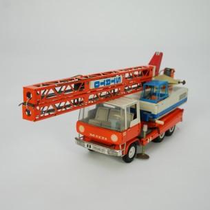 Gratka dla kolekcjonerów starych zabawek. Blaszany dźwig. Mnóstwo detali. Rozkładane podpory. Lina zwijana korbka. Rozkładane ramie. Obrotowa wieża z kabiną (360 stopni). Unikat
