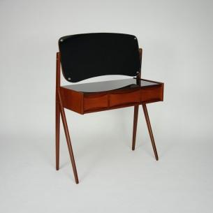 Minimalistyczny, efektowny mebel. Projekt przypisywany Arne Vodderowi. Lity tek i fornir. Drewno olejowane. Modernistyczna forma lat 60-tych. Produkt duński.