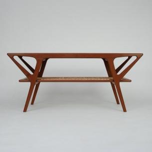 Duński stolik kawowy. Piękna forma. Wspaniała ergonomia. Profilowane nóżki z masywu tekowego. Blat fornirowany efektownie usłojonym tekiem. Drewno olejowane. Produkt duński lat 60-tych.