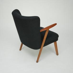 Duńska klasyka lat 50-tych. Lekka i efektowna forma. Konstrukcja drewniana. Podłokietniki tekowe, nogi dębowe (olejowane). Siedzisko na sprężynach.