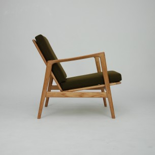 Minimalistyczny fotel z lat 60-tych. Leka ale efektowna forma. Całość z litego dębu. Drewno ługowane i olejowane.
