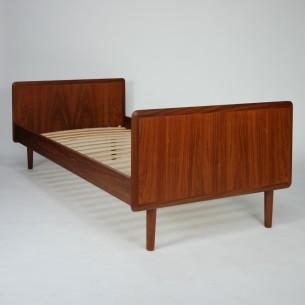 Klasyczne, duńskie łóżko. Jednoosobowe. Lity tek i fornir. Drewno olejowane. Rama składana (boki wyczepiane). Produkt lat 60-tych.