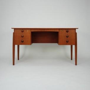 Gabinetowe biurko. Modernistyczna forma lat 60-tych. Lity tek (nogi i pochwyty) reszta fornirowana. Cała konstrukcja drewniana (bez płyty wiórowej). Dwie szuflady zamykane. Zamki sprawne. Kluczyk w komplecie. Mebel olejowany. Oryginalny produkt duński.