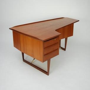 Piękne, asymetryczne biurko. Bardzo ceniony projekt Petera Løvig Nielsena. Wyjątkowe detale. Barek z lustrem. Lity tek i fornir tekowy. Konstrukcja drewniana (płyta stolarska). Mosiężne połączenia nóg. Drewno olejowane. Unikatowy produkt lat 60-tych.