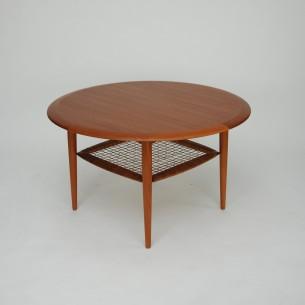 Duży stolik kawowy z półka z rafii. Lite obrzeże i nogi, tek. Blat fornirowany. Całość olejowana.