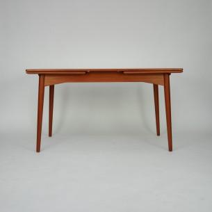 Piękny tekowy stół autorstwa GUNNI OMANNa. Manufaktura Omann Jun's Møbelfabrik. Ciekawa minimalistyczna forma w szlachetnym drewnie. Blat i carga fornirowana naturalnym tekiem. Obrzeża i nogi z litego teku. Produkt duński lat 60-tych.