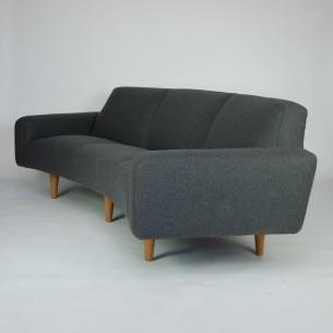 Majestatyczna, duńska sofa w kształcie banana. Nowoczesny projekt lat 50-tych. Konstrukcja drewniana. Sprężyny spiralne.