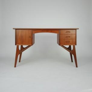 Subtelne biurko tekowe. Efektowna forma lat 60-tych. Nogi, pochwyty i obrzeże blatu z litego teku. Blat fornirowany tekiem. Drewno olejowane. Oryginalny produkt duński.