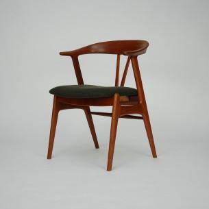 Wytworne krzesło gabinetowe.  Mebel piękny w detalach. Drewno tekowe olejowane. Tapicerka z włoskiej wełny meblowej. Oryginalny produkt duński lat 60-tych.