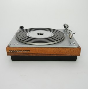 Gramofon z kultowej wytwórni Bang & Olufsen. Projekt Jacob Jensen . Przedmiot nie tylko dla fanów dobrego brzmienia ale i dizajnu. Rzadki, wczesny model ze srebrnym lakierem młotkowym. Fornir palisander.