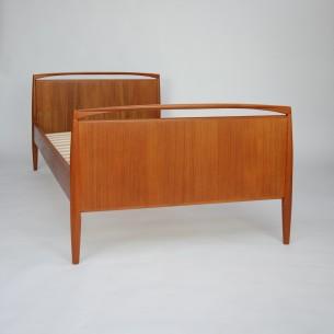 Piękne tekowe łóżko. Projekt KAI KRISTIANSEN. Wyrafinowana forma. Drewno olejowane. Dla singla bądź dziecka. Produkt duński lat 60-tych. Łóżko szybkiego montażu/demontażu (boki wyczepiane).