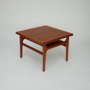 Modernistyczny, duński stolik. Zgrabna forma z praktyczną półką. Blaty fornirowane, nogi i obrzeża z masywu teku. Drewno olejowane. Oryginalny produkt  lat 60-tych.