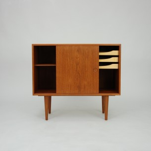 Subtelna komódka w teku. Drewniane szuflady wyłożone suknem. Minimalistyczna forma lat 60-tych. Projekt Kai Kristiansen.