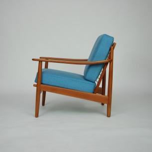Modernistyczny fotel z manufaktury Fabian. Całość z litego teku. Okazałe, wygodne podłokietniki. Sprężyny w poduszkach i na fotelu dają dużo komfortu. Produkt duński lat 60-tych.
