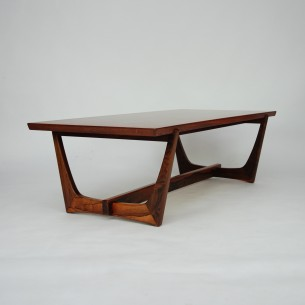 Skandynawski stolik podparty pięknymi nogami. Wytworna, modernistyczna forma. Obrzeża blatu i nogi z litego palisandru, blat fornirowany naturalnym palisandrem. Mebel olejowany.