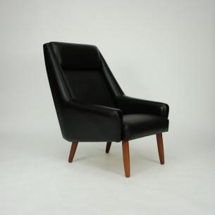 Modernistyczny fotel w winylowym poszyciu (skaj). Minimalistyczna forma lat 60-tych. Siedzisko na sprężynach. Nogi z litego teku. Oryginalny produkt duński.