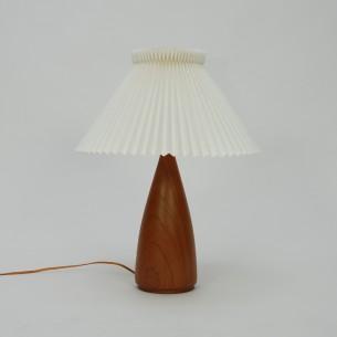 Unikatowa, duńska lampka. Okazały rozmiar. Lite drewno tekowe. Organiczna forma. Abażur z kultowej wytwórni Le Klint. Produkt duński.