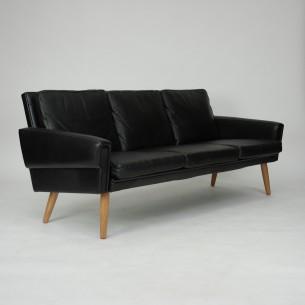 Modernistyczna, minimalistyczna sofa. Wysokogatunkowa, gruba skóra naturalna. Konstrukcja drewniana. Nogi dębowe, olejowane. Sofa idealna do loftu i klimatycznych, skandynawskich wnętrz.  Duński produkt lat 60.
