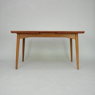 Piękny tekowo-dębowy stół autorstwa GUNNI OMANNa. Manufaktura Omann Jun's Møbelfabrik. Ciekawa minimalistyczna forma w szlachetnym drewnie. Dwa kontrastujące kolory drewna. Blat fornirowana naturalnym tekiem. Obrzeża litego teku. Nogi i rama dębowa. Drewno olejowane.Produkt duński lat 60-ty