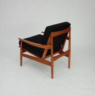 Para wyjątkowych foteli autorstwa Arne Voddera. Lite drewno tekowe, olejowana. Efektowna forma. Kwintesencja duńskiego modernizmu. Nowa wełniana tapicerka (włoska wełna meblowa). Oryginalny produkt lat 60-tych. Niemal nie osiągalne na rynku wtórnym w parach.