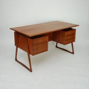 Piękne gabinetowe biurko, dwustronne. Modernistyczna lekka forma lat 60-tych. Lity tek i fornir tekowy. Efektowne nogi. Drewno olejowane.