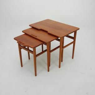 Duńskie minimalistyczne stoliki. Całość z litego teku. Piękne pochwyty. Oryginalny produkt lat 60-tych.