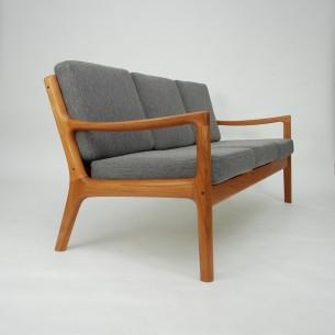 Modernistyczna, tekowa sofa projektu Ole Wanscher'a. Piękna minimalistyczna forma. Imponująca ilość litego teku. Cała widoczna konstrukcja z teczyny. Dno na sprężynach. Poduszki na piance. Drewno olejowane. Oryginalny produkt duński lat 70-tych.
