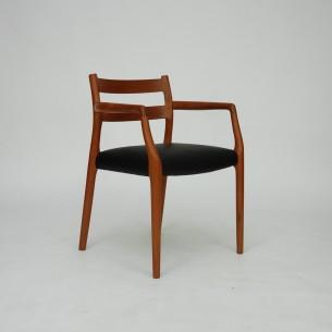 Wytworne krzesło tekowe. J. L. Møllers Møbelfabrik.  Mebel piękny w detalach. Lite drewno tekowe. Obszerne siedzisko. Produkt starej, duńskiej manufaktury słynącej z tradycyjnego rzemiosła (szczegóły).  Projekt z lat 70-tych będący w ciągłej produkcji i sprzedażny