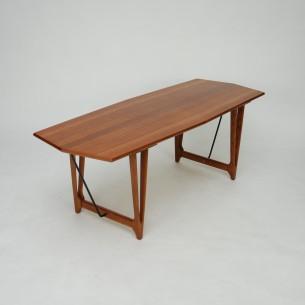 Unikatowy stolik z motywem deski jachtowej. Efektowny blat fornirowany naturalnym tekiem. Nogi dębowe. Mebel olejowany. Oryginalny produkt duński.