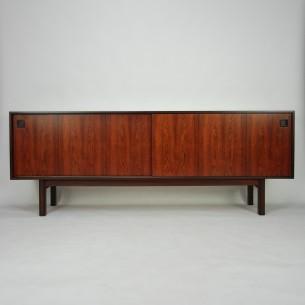Wytworny sideboard z wytwórni Omann Jun. Model 21. Piękna, minimalistyczna forma lat 60-tych. Mebel ceniony i rozpoznawalnym w Europie i nie tylko.  Naturalny fornir palisandru. Szuflady bukowe wyłożone suknem. Drewno olejowane. Oryginalny produkt duński.