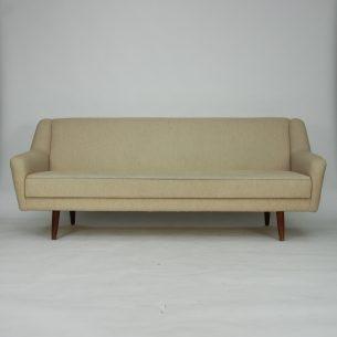 Modernistyczna, duńska sofa. Solidna konstrukcja drewniana. Nogi z litego teku. Sprężyny spiralne .  Produkt lat 60-tych.