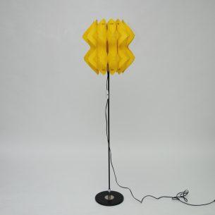 Piękna, ażurowa lampa na metalowej sztycy. Bardzo ciekawa, lekka forma.Tworzywo sztuczne. Dwa punkty świetlne. Produkt lat 70-tych.