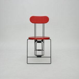 Design ANDRIES VAN ONCK. Rok 1984, manufaktura Magis. Produkt włoski.  Piękna geometryczna forma. Niezwykły mechanizm składania. Stelaż metalowy. Oparcie oraz siedzisko z tworzywa.