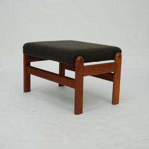Obszerne, duńskie siedzisko. Konstrukcja dębowa barwiona na tek. Mocowania mosiężne. Tapicerka wełniana. Produkt duński lat 60-tych.