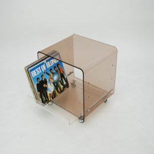 Komoda ze szkła arylowanego. Wysuwana szuflada, której położenie można zmienić , wyżej bądź niżej. Przy umieszczeniu szuflady na samym dole uzyskujemy swobodną przestrzeń na winyle.Do zastosowania jako pomocnik, stolik nocny i komoda na winyle. Gratka dla fanów czarnej płyty i lat 70-tych.