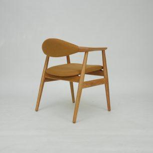 Piękne duńskie krzesło. Gładkie przejścia i minimalizm. Stabilna dębowa konstrukcja. Poszycie wełniane (ciemna oliwka/khaki). Drewno ługowane i olejowane. . Duński produkt lat 60-tych.