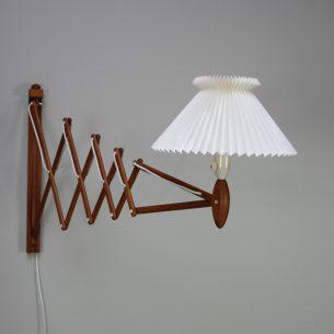 Duża, nożycowa lampa ścienna z kultowej manufaktury Le Klint. Dizajn Erik Hansen. Drewno dębowe. Klosz plastikowy.