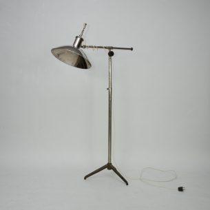 Unikatowa lampa medyczna z pierwszej połowy XX wieku. Mosiądz niklowany. Podstawa z żeliwnego odlewu. Bakelitowy włącznik. Pochodzenie nieznane. Wtyczka niemiecka.