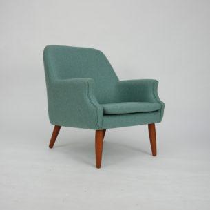 Subtelny, duński fotel z lat 60. Piękna minimalistyczna forma. Konstrukcja drewniana, tapicerowana. Siedzisko na pasach. Nogi z litego teku. Oryginalny, duński produkt lat 60-tych.