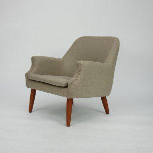 Subtelny, duński fotel z lat 60. Piękna, minimalistyczna forma. Konstrukcja drewniana, tapicerowana. Siedzisko na pasach. Nogi z litego teku. Oryginalny, duński produkt lat 60-tych.