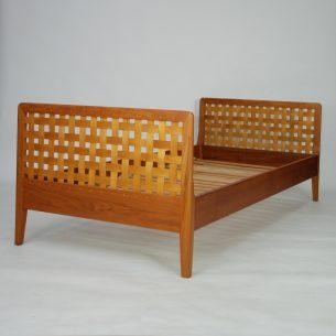 Piękne tekowe łóżko. Dębowy ażur w ramie z litego teku. Drewno olejowane. Dla singla bądź dziecka. Produkt duński lat 60-tych. Łóżko szybkiego montażu/demontażu (boki wyczepiane).