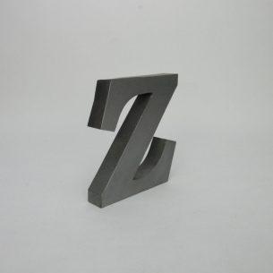 Metalowa, trójwymiarowa litera. Produkt współczesny.