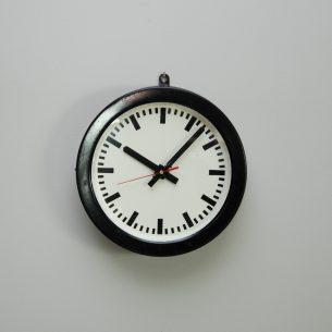 Industrialny zegar. Obudowa metalowa. Oryginalny, elektryczny mechanizm został zdemontowany i zastąpiony mechanizmem kwarcowy (1 bateria AA)