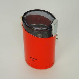 Pomarańczowy młynek do kawy firmy Krups. Produkt lat 70/80-tych. To nie tylko piękny gadżet ale solidne urządzenie do codziennego użytku.